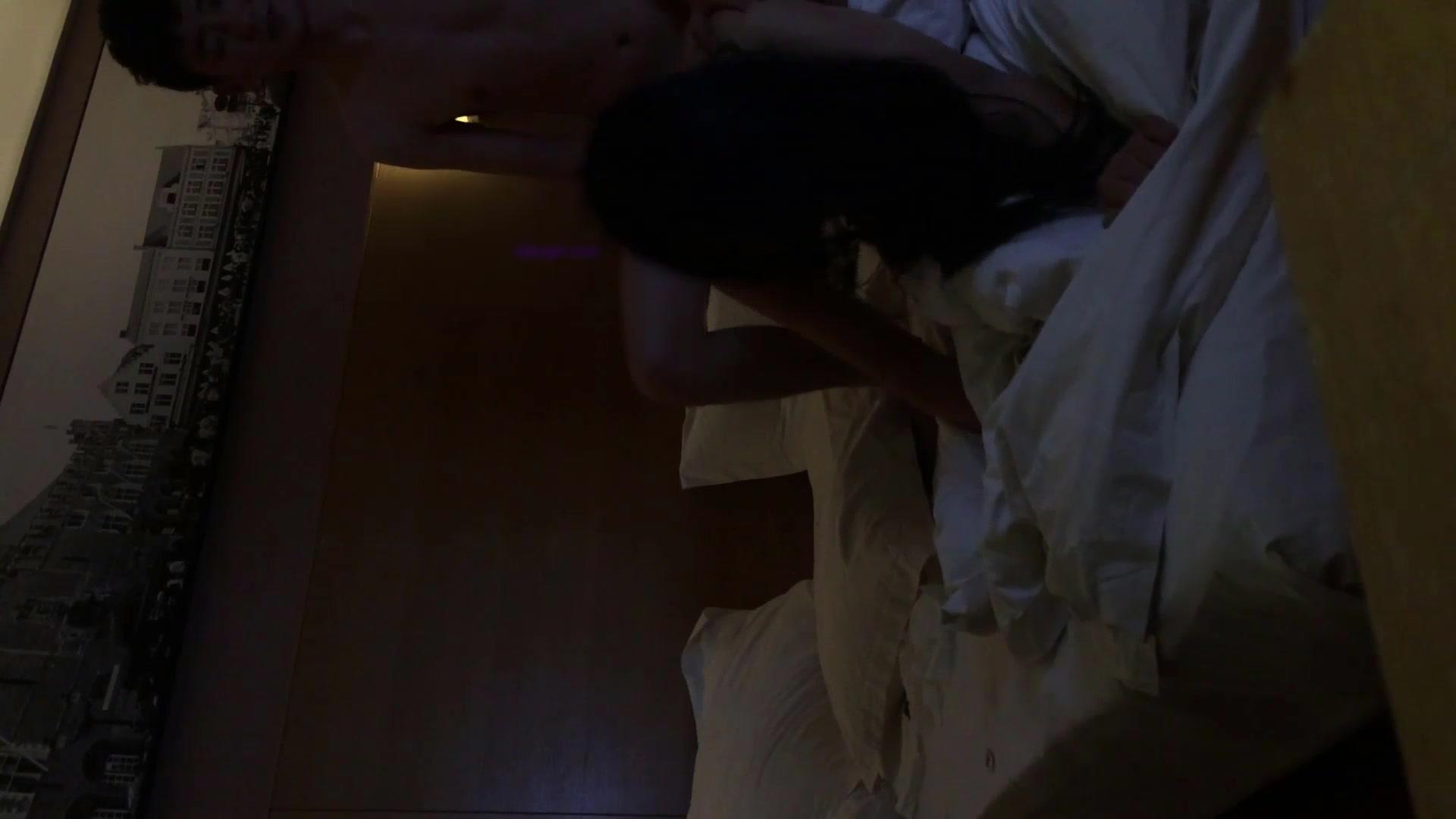 女友闺蜜最近被男友甩了,背着女朋友偷偷约她出来酒店开房啪啪把她从失恋中解救出来