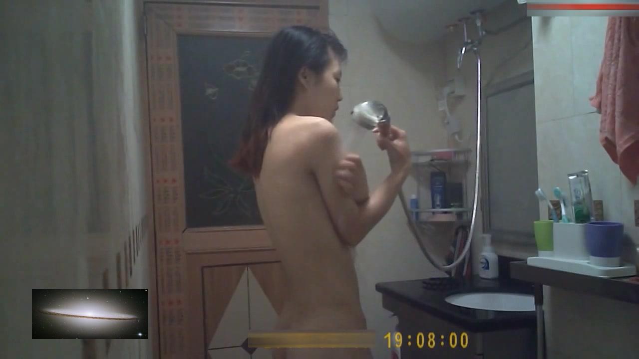 出租屋偷装摄像头偷窥年轻苗条表姐洗澡穿衣