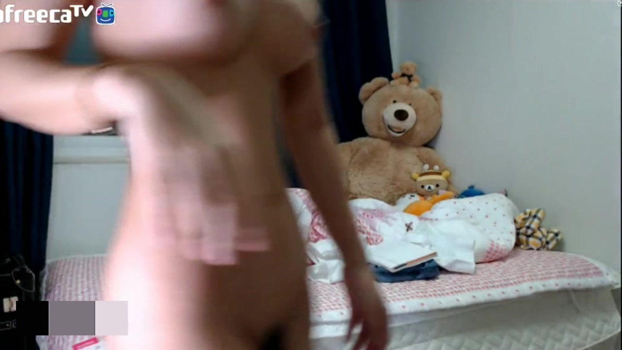窺視afreeca知名主播忘关摄像头浴後全裸收拾房間